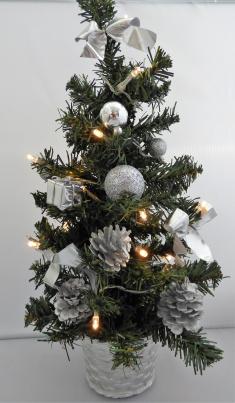 Weihnachtsbaum mit LED silberfarbig als Tischdekoration