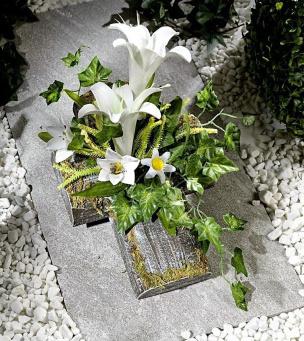 Grab-Kreuz mit Lilien